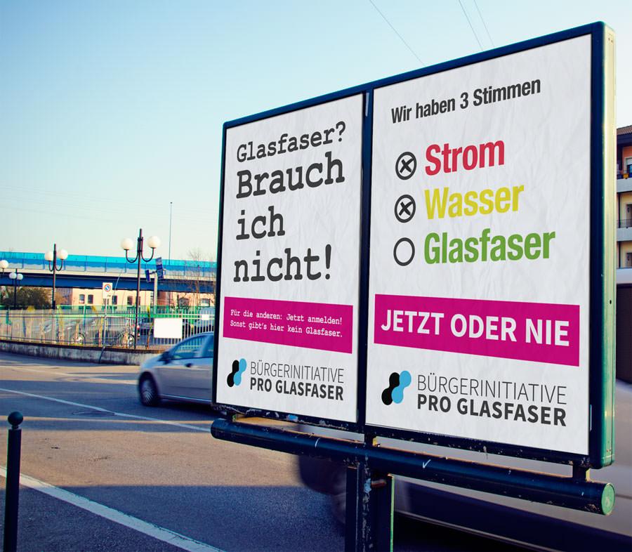 Plakate der Bürgerinitiative Pro Glasfaser in Kapellen